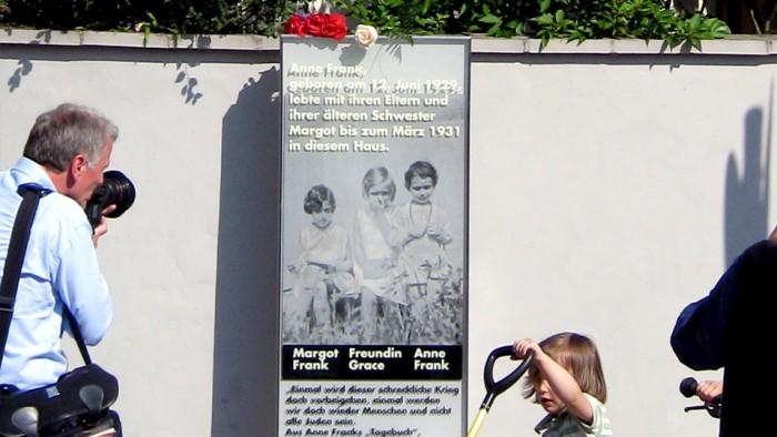 Anne-Frank-Glass stele