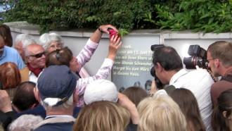 Übergabefeier der Gedenkstele für Anne Frank am Marbachweg 307