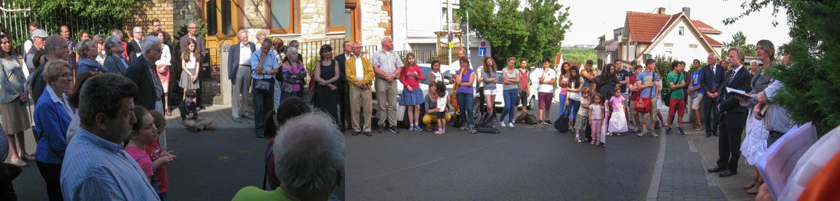 (von links: vorne) Michael Würtz, ... (vor der Tür links:) Gerhard Mahlberg, Eigentümer des Hauses, an dem die Gedenktafel angebracht ist, (vor der Tür rechts:) Werner Haase, Initiative Stolpersteine, (davor:) Wolf und Brigitte Lüben ... (rechts im dunklen Anzug:) Joachim Netz, Leiter der Kulturgesellschaft Bergen-Enkheim, Kathrin Fuchs, Pfarrerin der evangelischen Kirche Bergen-Enkheim