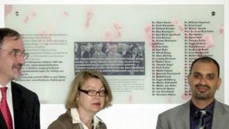 Der Universitätskanzler, Dr. Michael Breitbach; Leiterin des Universitätsarchivs, Dr. Eva-Marie Felschow; der erste Universitätsvizepräsident, Prof. Dr. Joybrato Mukherjee