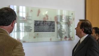 Abbildung, von links: Der Universitätskanzler, Dr. Michael Breitbach; der Universitätspräsident, Prof. Dr. phil. habil. Stefan Hormuth und verdeckt Prof. Dr. Joybrato Mukherjee vor der Gedenktafel