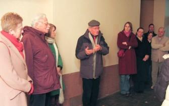 (Von links) Schwiegertochter von Mr. Flörsheim, Werner Bernhard Flörsheim, Enkeltochter von Mr. Flörsheim, Klaus Kaduk, Schülerinnen und Eltern