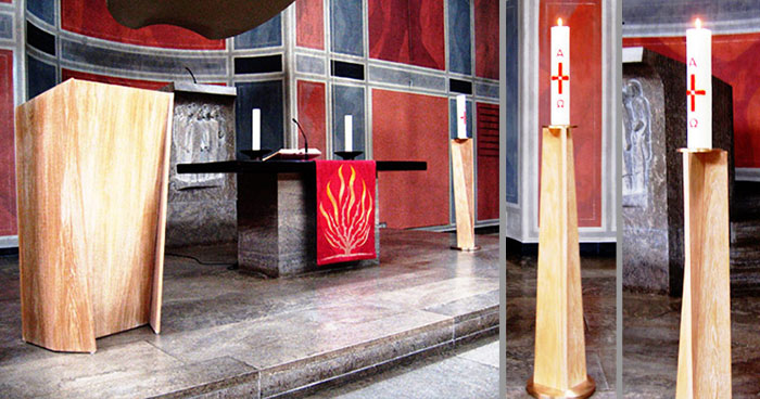 Ambo und Kerzenständer im Kirchenraum